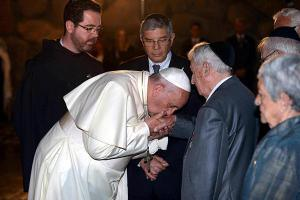 pope-francis-jews-kisses-hands-holocaust